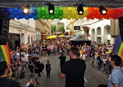 Straßenfest andersrum Lucy McEvil Bühne mit Publikum (c) Manfred Sebek
